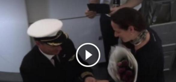 Piloto pede mulher em casamento - reprodução