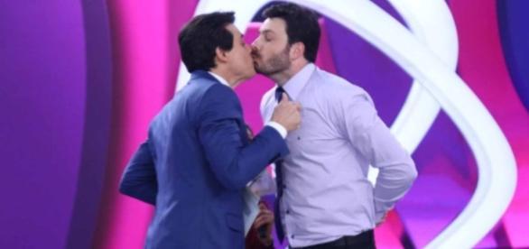 Beijo de Celso Portiolli e Danilo Gentili agita as redes sociais