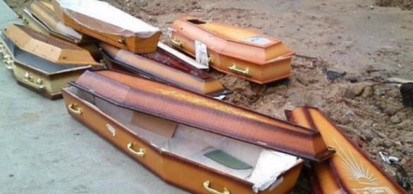 Caixões foram encontrados na rua