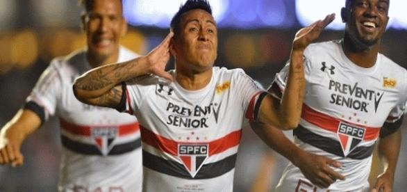 Cueva comemora gol contra o Corinthians na goleada tricolor