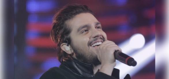 Luan Santana fica encantado com Maria Joana no palco do 'Domingão'