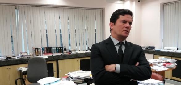 Sérgio Moro em seu amplo gabinete e pilhas de processos espálhados