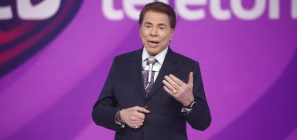 Silvio Santos mita no palco do Teleton
