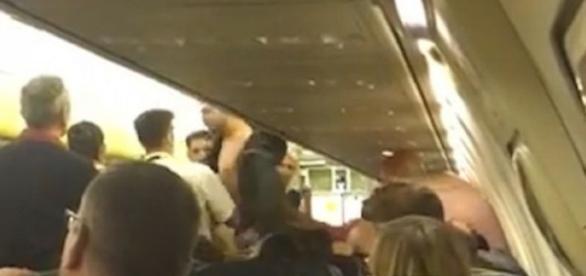Bătaie în avion între un grup de rromi