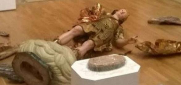 Estátua de 300 anos de São Miguel Arcanjo foi derrubada por brasileiro e quebrou