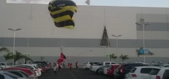Vídeo mostra papai noel caindo de paraquedas durante chegada em shopping