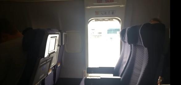 Imagem mostra porta do avião que teria sido aberta