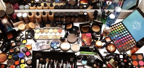 Ao usar vários produtos de maquiagem, você coloca vários produtos químicos na pele