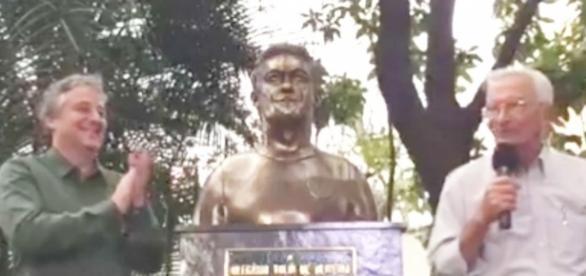 Busto do Dudu fica na entrada da sede social do Palmeiras