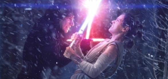 Kylo Ren lutando com Rey na Base Starkiller