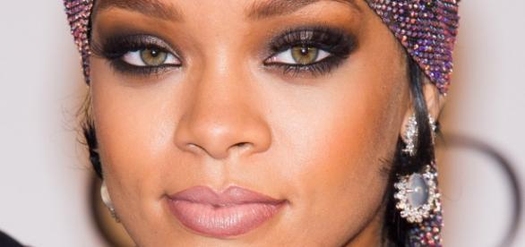 Rihanna no shopping após um dia de polemica com foto de sua sobrinha de apenas dois anos nua.