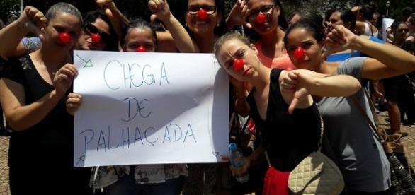 Servidoras durante a passeata que marcou o início da greve em Avaré/SP