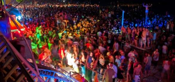 The hedonistic Full Moon Party, Haadrin Beach