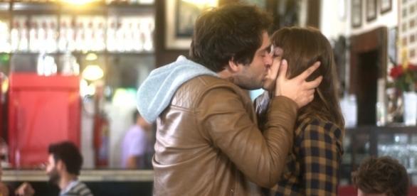 Tiago e Isabela se beijam na frente de Letícia