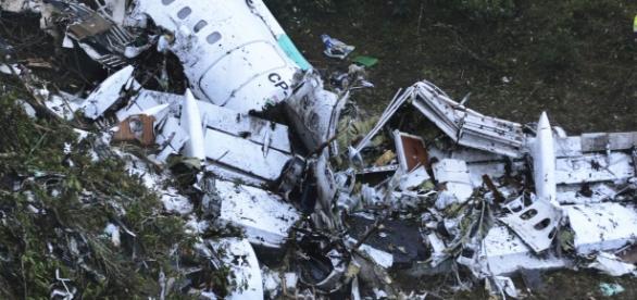Destroços do avião que levava o time da Chapecoense