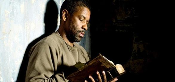 Denzel Washington afirma que lê a Bíblia todos os dias