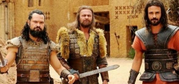 Acã e os dois filhos são apedrejados, após Josué ser avisado por Deus que eles eram os traidores