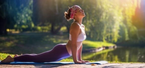 El yoga se ha puesto dë moda en occidente separado de la filosofía sectaria y reaccionaria con la que se practicaba en la India