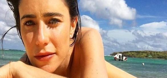Fernanda Vasconellos posta foto sensual na praia