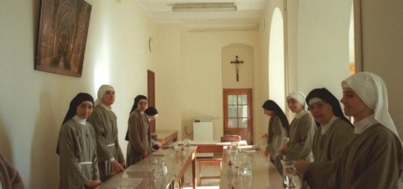 Coppia di senegalesi estorce 4 mila euro alle suore for Interno a un convento