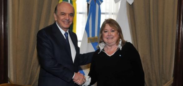 José Serra e Susana Malcorra firmando um novo acordo para o bloco econômico Mercosul.