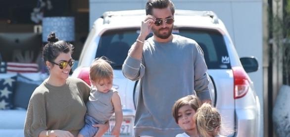 Kourtney Kardashian y Scott Disick con sus tres hijos