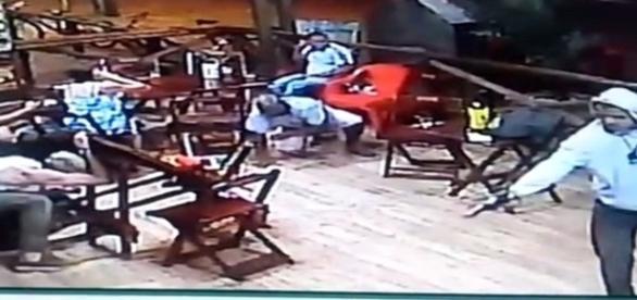Na imagem é possível ver o momento em que um dos bandidos dispara contra a vítima.