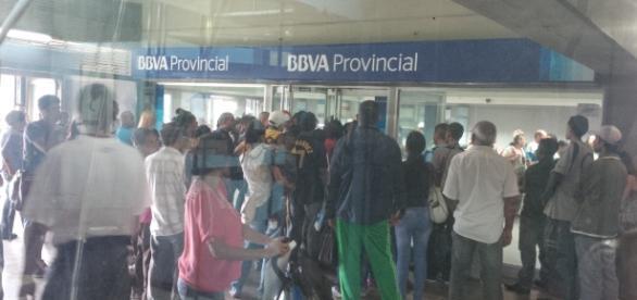 Venezolanos cambiaron la cola de la comida por la del Banco