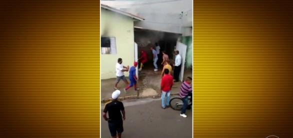 Bom Dia Brasil - Super-heróis salvam família de incêndio em MG - globo.com
