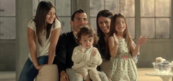 Carlos Tevez junto a toda su familia