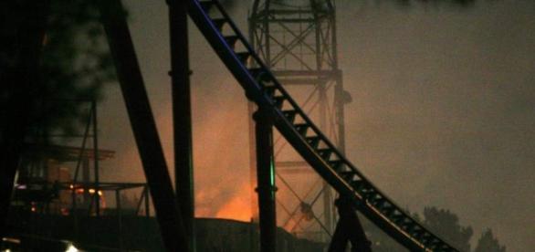 Imagen de las llamas que afectaban esta noche al recinto Ferrari Land.