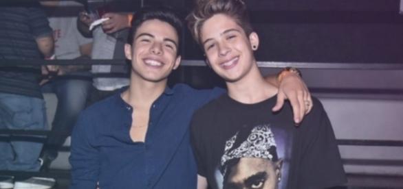 João Guilherme posa ao lado de Thomaz Costa, os dois já namoraram Larissa Manoela