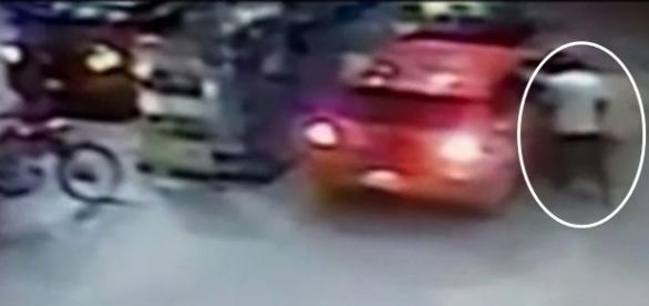 Na imagem é possível ver o carro estacionado para abastecimento e ao lado o homem suspeito de matar a mulher.