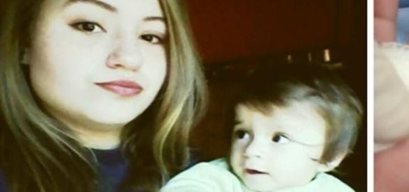 Na primeira imag em a mãe com a criança e na segunda o dedo do bebê já mutilado.