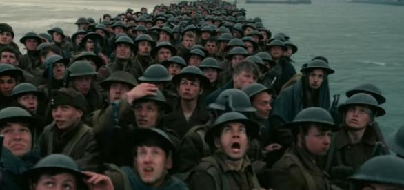 Soldados acuados na praia de Dunkirk esperam pelo ataque inimigo (Foto: Warner Bros/Divulgação)
