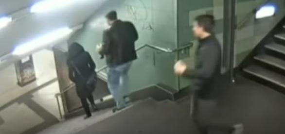 Vídeo que mostra mulher sendo agredida em uma escadaria choca o mundo