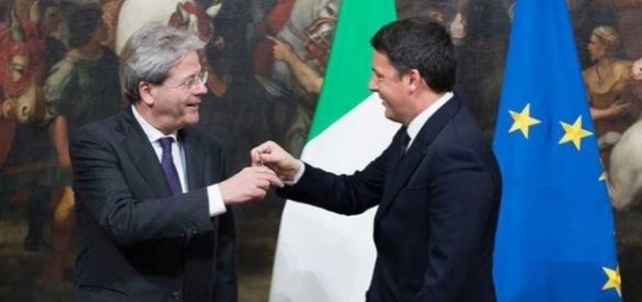 Matteo Renzi e Paolo Gentiloni si scambiano la campanella