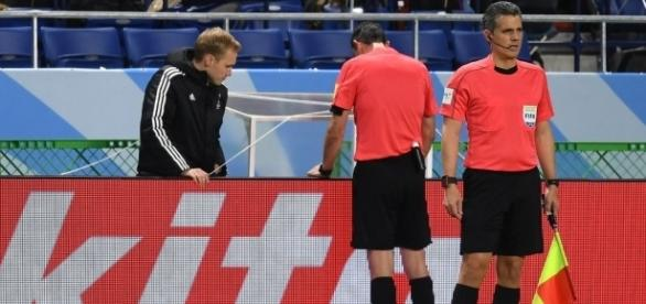 Viktor Kassai confere o vídeo do lance do pênalti na disputa entre Kashima e Atlético Nacional (Foto: Reprodução Twitter IFAB)