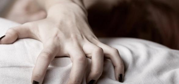 Durante o orgasmo, acontecem diversas coisas com o corpo humano, confira