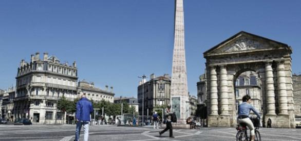 Homem foi atacado na praça da Vitória, em Bordéus