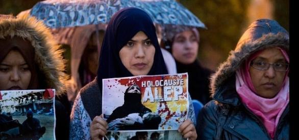 Imagem de mulheres sírias protestando contra os inúmeros crimes de guerra que ocorrem em Alleppo, na Síria