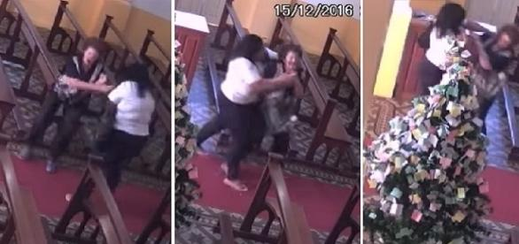 Na imagem o momento em que a criminosa tenta pegar à força a bolsa da senhora.