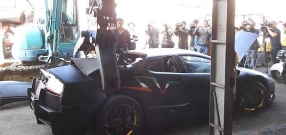 Público acompanhou atônito a destruição do Lamborghini Murcielago SV