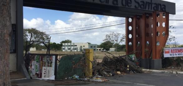 Entrada da Universidade Estadual de Feira de Santana, bloqueada com todo tipo de resíduos sólidos desde o dia 01/12/2016