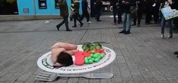 Imagem da mulher deitada sobre um prato de comida