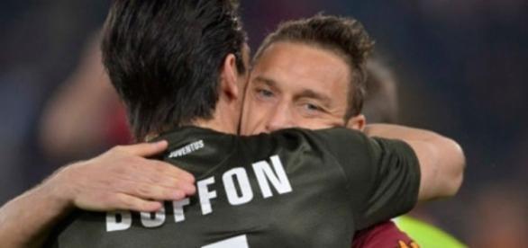 Totti 'cargó' a Buffon y el arquero le respondió con una ... - pasionfutbol.com