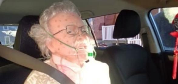 A 'senhora' encontrada pela polícia de Hudson era, na verdade, um manequim realista (Crédito: YouTube/Dailyvids)