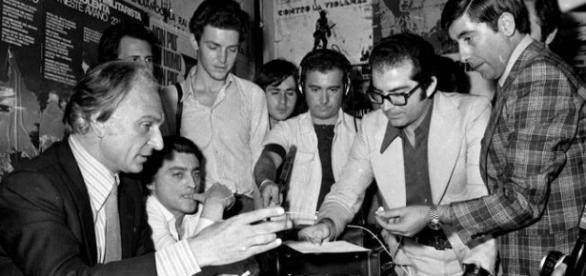 Marco Pannella fuma per la prima volta uno spinello in pubblico nel 1975