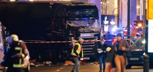 Enfeites natalinos e pessoas ficaram presas embaixo do caminhão (Foto: Reuters)
