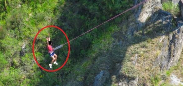 Homem pula de bungee jump - Google